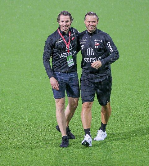 FFK-trener Bjørn Johansen (til høyre) fikk umiddelbart etter kampslutt gratulasjoner av daglig løder Joacim Heier på matta.
