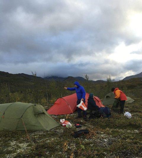 Telt: Deltakerne overnattet i telt alle nettene, og hjalp hverandre med å bære utstyret. Foto: Stein Ivar Woll