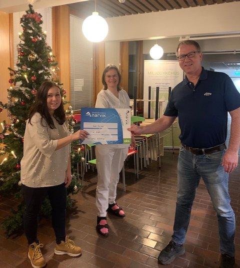 JULEGAVE: Malin Wold fra barne- og ungdomspsykiatrisk poliklinikk (Bup) og seksjonsleder Eirin Føre fra medisinsk sengepost tar imot gaven fra Jørn Pettersen fra Narvik Golfklubb.