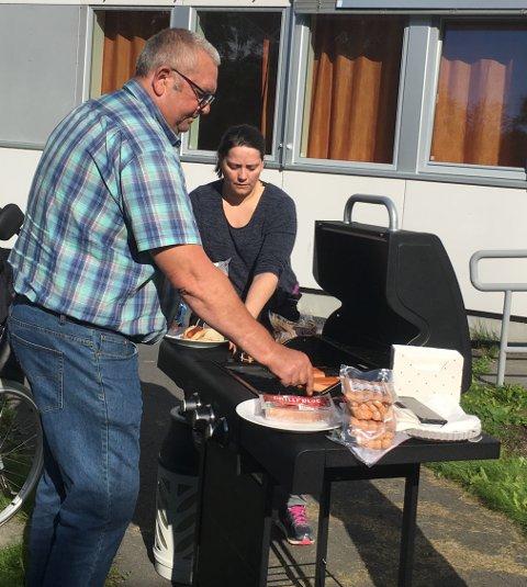 FORNØYD: Leif Helge Hansen forteller at de fikk inn 14.000 og alt er brukt på utstyr til grillhytta.