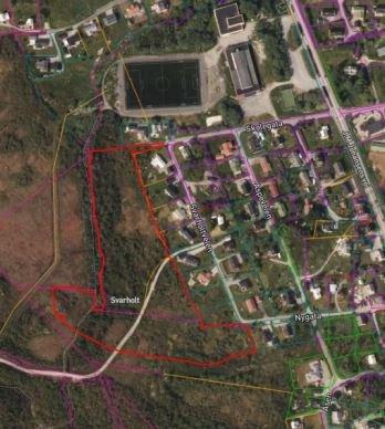 Området i Stamsund som rådmannen ønsker å selge, er markert med rød grensestrek på bildet.