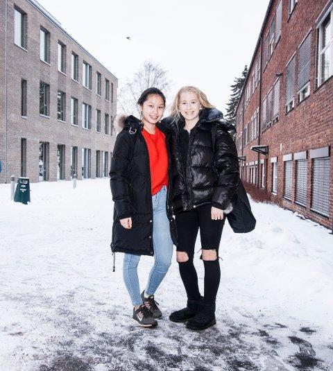 F.v Mens Signe Fu Yu Ryen (16) trives best i ankelsko- og sokker, foretrekker venninnen Mia Engelund (16)  uggs med ankelsokker. Begge studerer allmennfag i studiespesialisering.