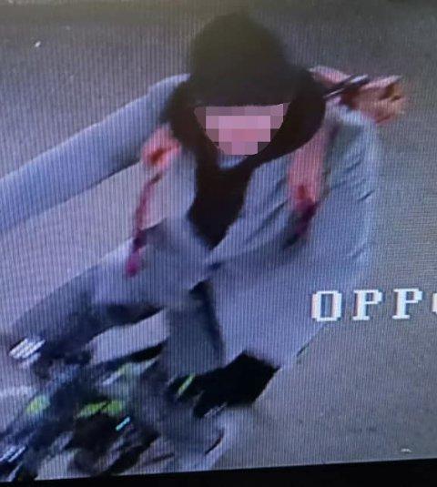 TATT PÅ FERSKEN: Her sykler tyven ut av fellesgarasjen på Per Henry Wangs sykkel til 35.000 kroner. Hele tyveriet ble fanget opp av kameraer.