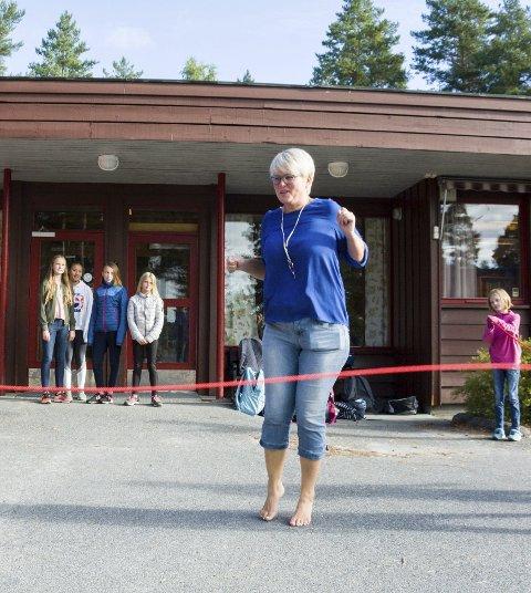 TETT PÅ: Rektor Anne Marit Ingvoldstad bruker mye tid på å gjøre seg kjent med elevene de første dagene etter skolestart. Her prøver hun seg - med stort hell - på å hoppe slengtau.