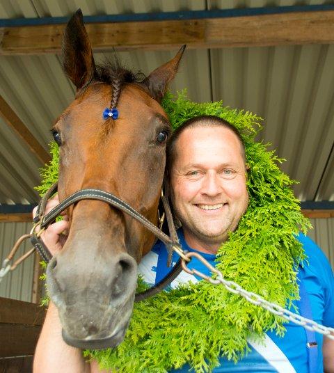 GODE VENNER: Eier Severin Aarskog plukket ut hesten Flashing Boko som 30 dager gammelt føll i Sverige. Siden har de to fulgt hverandre gjennom karrieren. Foto: Mona Rolfsdatter Olsen