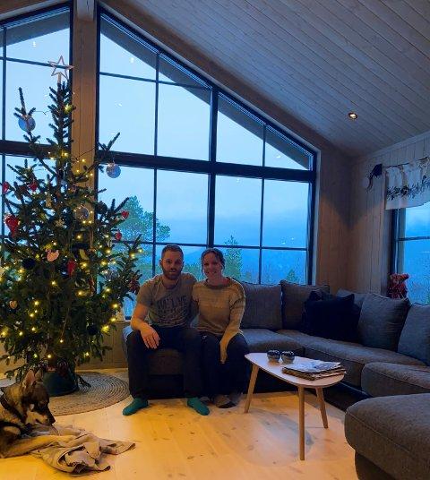 Magnus og Charlotte Holm Andersen nyter julefreden i ny hytte i Vengedalen i Romsdal.