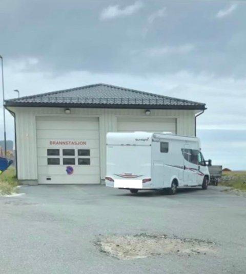 Hverken fotograf eller brannsjefen i Vestvågøy er imponert over parkeringen til denne bobilsjåføren.