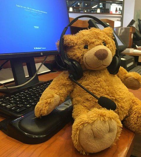 SAVNER EIEREN SIN: Denne bamsen ble gjenglemt på storsenteret 15. mai. Mens den har ventet på eieren sin, har den fått være med på litt av hvert.
