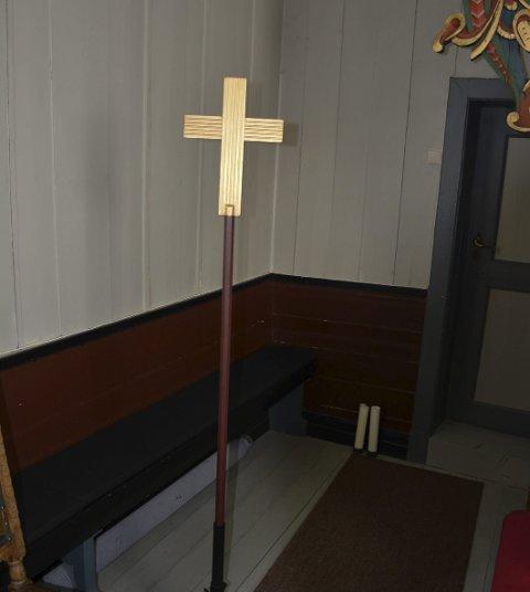 Dette prosesjonskorset står i Hovin kirke