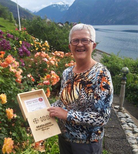 GLAD SKATTEFINNAR: Anne Berit Borlaug fann jubileumsgåva i Stemmerdalen tysdag.
