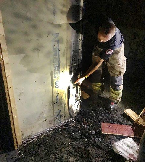 Brannvesenet mener eieren av garasjen gjorde en flott innsats. Brannårsaken er foreløpig ukjent.