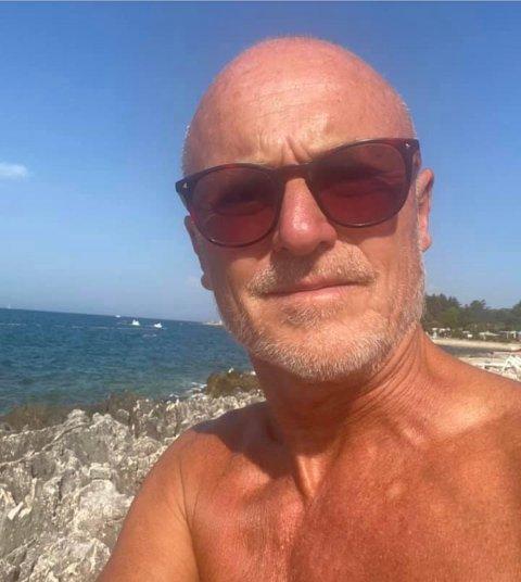 NAKEN SOMMERFERIE: - Sjøl nyter jeg friheten på andre uka, (ved) ikke å ha på meg noe tøy, utenom et lendeklede i butikken, melder naturist Lars Egeland på Facebook, fra Kroatia der han nå er på ferie.