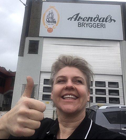 Maria Aanby har vært i Arendal ens ærend for å hente fatøl i dag. Hun ser ut til å være godt fornøyd.