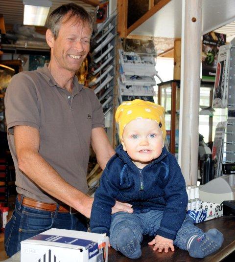 Bestefar: Roy Gjevre med barnebarnet Trym Hippe Gjevre. Sistnevnte er fortsatt i yngste laget for lange løpeturer, men Roy ser på familieforøkelsen som en løperressurs.