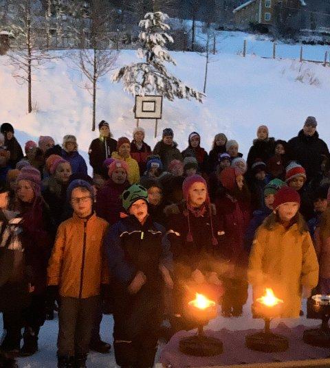 ADVENTSSTUND: Ungene ved Lidar skule starter skoleuka med en utendørs adventsstund i desember.