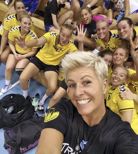 BLIDE JENTER: Smilet sitter løst hos Hege Pettersen og jentene på Skogstrand før seriestarten i 3. divisjon.