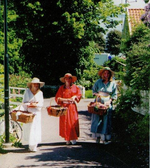 PIKENE: Ingen bok om Åsgårdstrand uten en variant av denne trioen - en av mange fine illustrasjoner i Broen 2019.