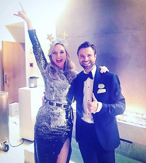 Hotelldirektør Paul W. Dørdal sammen med artisten Christine Meyer.