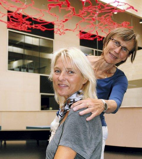 HELSEFAG: Assisterende rektor Signe Nordermoen (bak) og rektor Anne Buttingsrud ved Nord-Østerdal videregående skole får stadig flere søkere til helse- og oppvekstfag. Spesielt guttene har fått øynene opp for denne utdanningen.