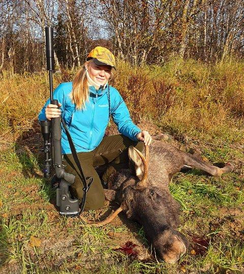 Kristine Henriette Snefjellå (19) elsker å gå på jakt. Hun skjøt sin første elg 16 år gammel, med ei rifle hun fikk i konfirmasjonsgave. Drømmen er å få skutt ei gaupe.