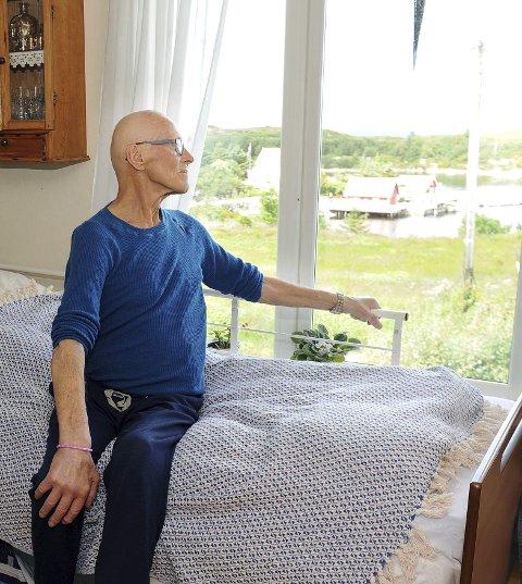 Lyser opp: Å følge med skipstrafikken i leia fra stuevinduet i Øksenvågen, er et daglig lyspunkt for kreftsyke Egil Magne Øksenvåg.