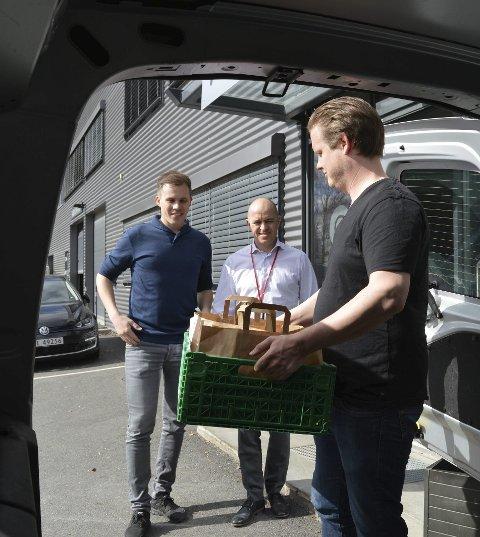Middag fra arbeidsplassen: Lars Olsson, innehaver av Smak Sandefjord, har maten klar i varebilen. Hos Arrow Value Recovery på Fokserød står Kristoffer Singstad og Kim Romero klare til å ta imot.