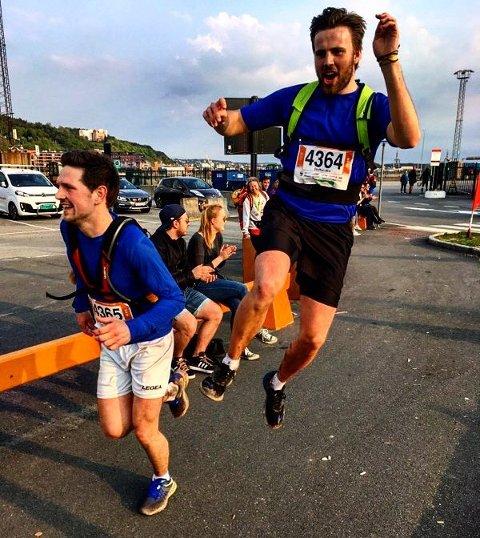 Nikko Aasen (t.v.) og Mio Kristiansen kommer i mål etter 48 kilometer i Oslo i 2017. I Paris, lørdag 14. mars, skal de løpe nesten det dobbelte.