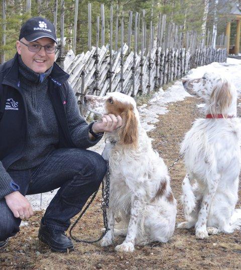 Arrangør: Kasper Slettan leder Tolgaprøva 2015, her sammen med hundene Molo og Ruff. Foto: Trond Findahl