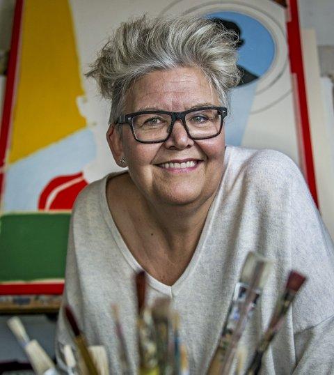 Allsidig sosionom: Gry Haugland bruker sine kreative evner både når hun møter de mest utsatte i samfunnet, mens hun maler og når hun står på revyscenen.