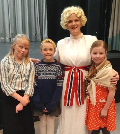 SUKSESS: «Odølinger i bere tier» ble en suksess. Marthe Øksdal Nygård (t.v.), Agnes Jonsrud, Ida Nesset Kvam og Adele Nesset Kvam var blant dem som sto på scenen i helga.