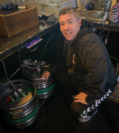PUBEIER: Olav Madland driver Stasjoen Pub på Varhaug. Torsdag markerer han femårsjubileum.