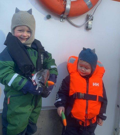 "UNGT MANNSKAP: Elias(5) og Noah(2) mønstret på som mannskap om bord i ""Skretind""."