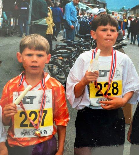 LEKNE: Nils Kristen (tv) og storebror Per Martin Sandtrøen i ung alder deltar i Olympic Run. Ved  et rødgrønt skifte kan begge brødrene bli stortingsrepresentanter for hvert sitt parti.