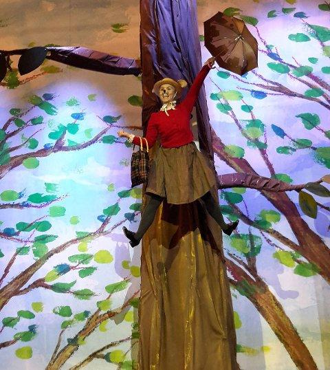 I Hakkebakkeskogen flyr Bestemor Skogmus mellom trærne med paraplyen sin.