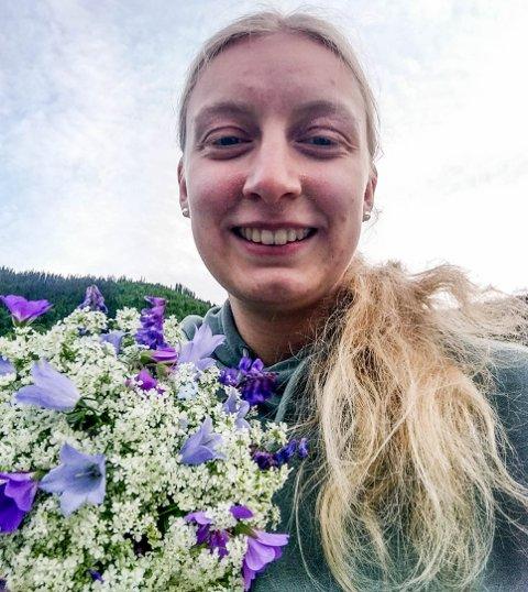 Blomsterdilla: Viktoria Rye (20) fra Ulnes viser stolt fram buketten som sendte henne til topps i tevlinga for blomsterdekorering under Oppland Bygdeungdomslag sitt sommerstevne.