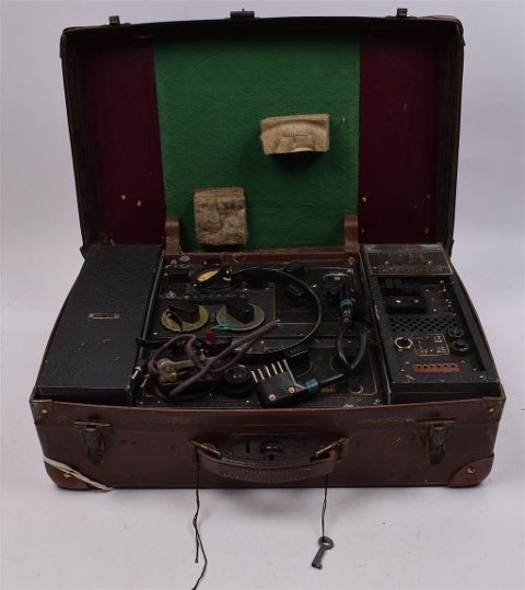 Radiosenderen ble skjult i en koffert. Under motstandskampen i Norge, var kommunikasjonen med London helt sentral.  Denne senderen tilhørte krigshelt Alf Martens Meyer.