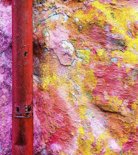 Festningen: Fredriksten Festning er utømmelig for fotomotiv. Bildet av denne veggen ble tatt juni 2009, før opp-pussingen, like i nærheten av inngangen til Den gamle kommandant. Foto: Hans Petter Wille