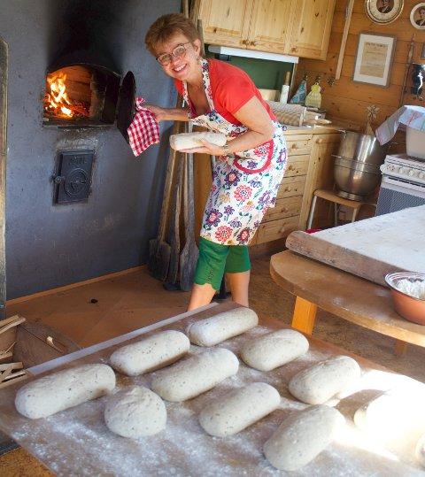 BRØDBAKING OG POLITIKK: Kathrine Kleveland brukte valgdagen til å bake kake og 34 brød. Nå blir det fire år på Stortinget for Senterparti-politikeren fra Holmestrand.