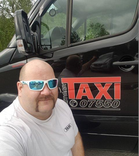 FORNØYD: Taxisjåfør Roar Jenssen mener det å kjøre turister fra Leknes til Nordkapp er det gode liv.
