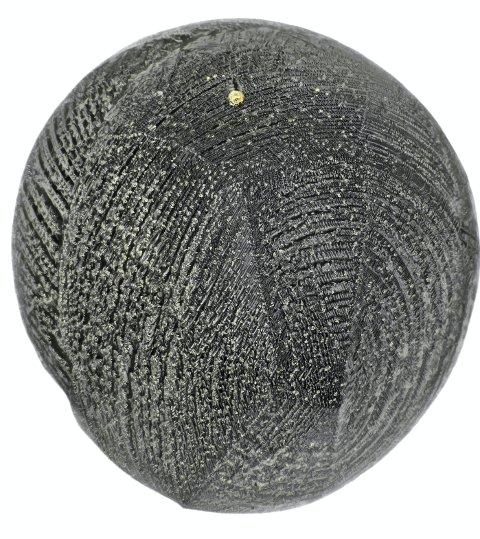 Platinakjempen: Her er mikrometeoritten på 0,6 millimeter som har gjort stjernestøvsamler Jon Larsen henrykt. Den ble funnet på et tak på Berger i Skedsmo og består av olivin og magnetitt, og med en store og flere små gule platinaklumper på toppen. Foto: Jan Braly Kihle/Jon Larsen