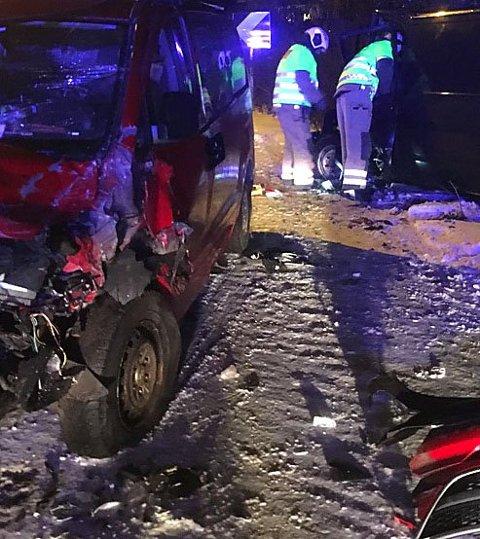 STORE SKADER: Begge bilene har fått store materielle skader.