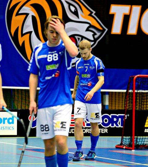 Jørgen Ripel og Christoffer Jaksland depper etter nok et NOR 92 - tap i eliteserien i innebandy.