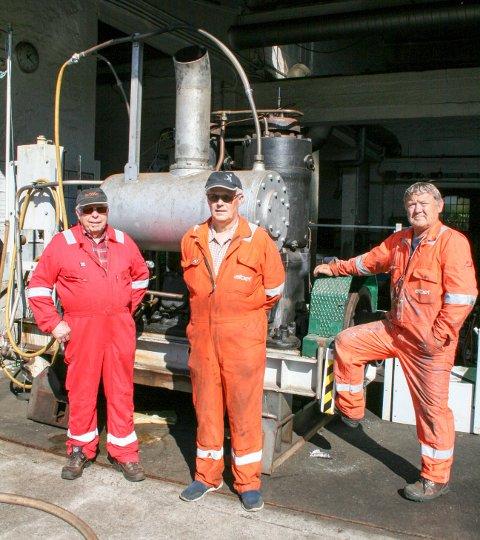FRIVILLIG: Denne gjengen har brukt noen tusen arbeidstimer på å holde motoren fra «Svanøy» i god stand. Fra venstre: Magne Monsen, Gunvar Grindheim og John Inge Johansen.