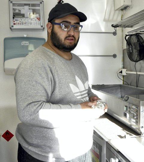 Ibrahim Azam er lunken til kommunens invitasjon til befaring. Han vil helt tilbake på den plassen han var.