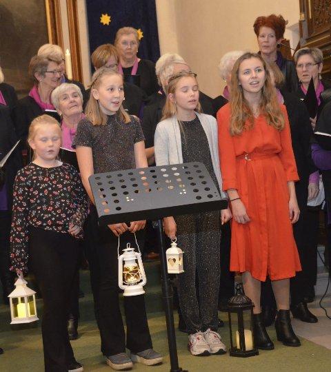Hjelp: Kragerø damekor fikk hjelp av fire unge jenter, fra v. Live, Sofie, Alexandra og Isabelle, da de sang «Vi tenner våre lykter».