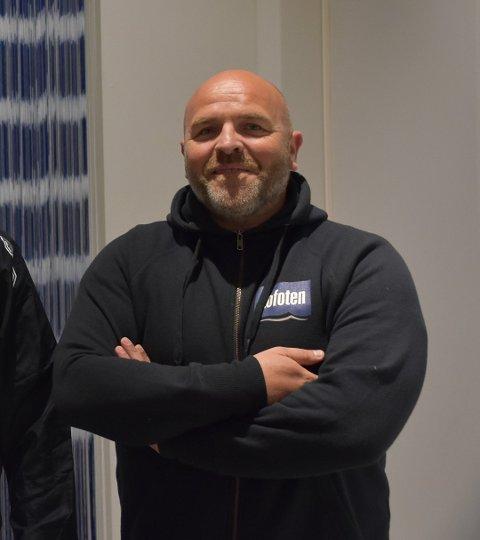 PENGENE STRØMMET INN: Bjørn Håkon Liland må surfe eller svømme etter at innsamlingen til hjertekompresjonsmaskin til ambulansen på Gravdal tok av i helga.