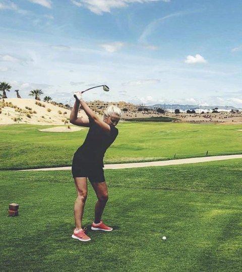 GLEDEN ER TILBAKE: Emilie Kvamme fra Elverum er øyeblikkelig ferdig utdannet golftrener som en av få jenter i Norge, og skal nå formidle gleden ved golf til andre.