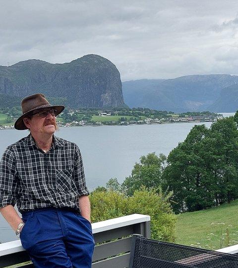 Roald M. Fossmark reagerer på at flaggstangen har vært borte siden 2019.