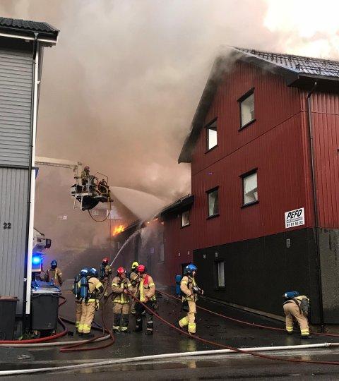 Da det brant som verst fryktet brannvesenet at flammene skulle spre seg til nabobygget. Det klarte mannskapene å forhindre.
