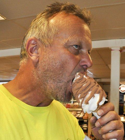 KONSENTRERT: Aldin Johansen tar en god munnfull, og konsentrerer seg om smaken.